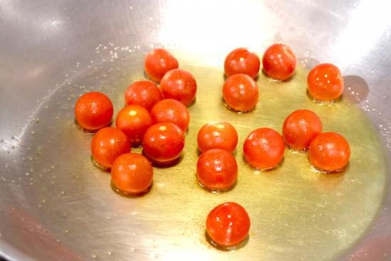 プチトマトを炒める