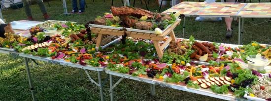 肉の盛り合わせを囲むバーニャカウダ