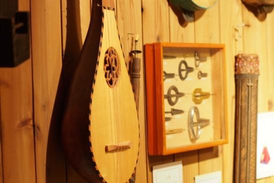 壁に並んだ古楽器