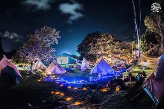 ライトアップされたキャンプ場風景