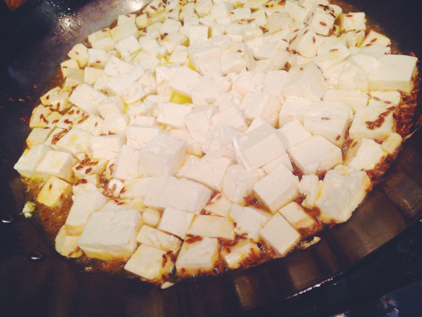 豆腐を炒めていく