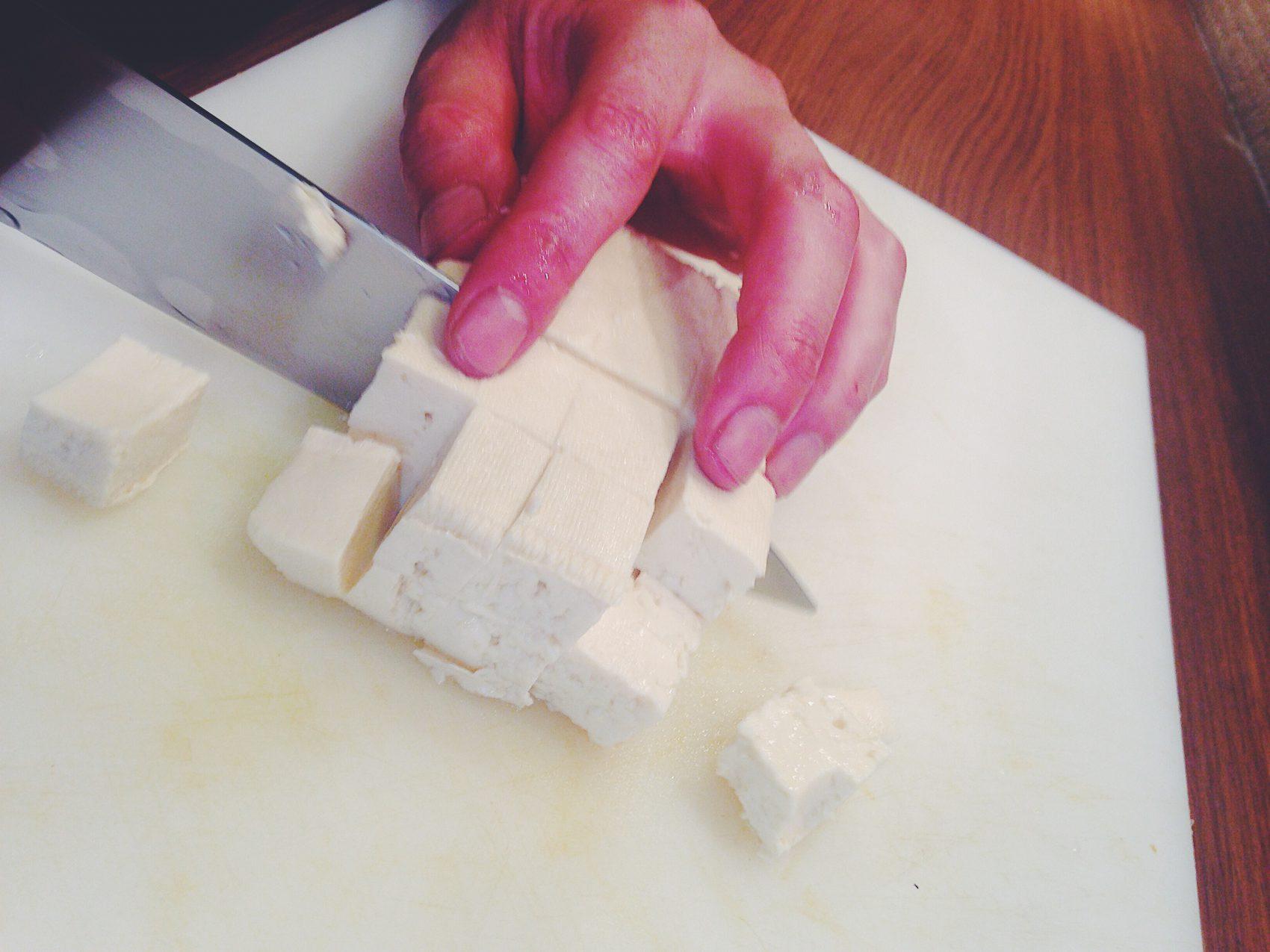 豆腐をカット
