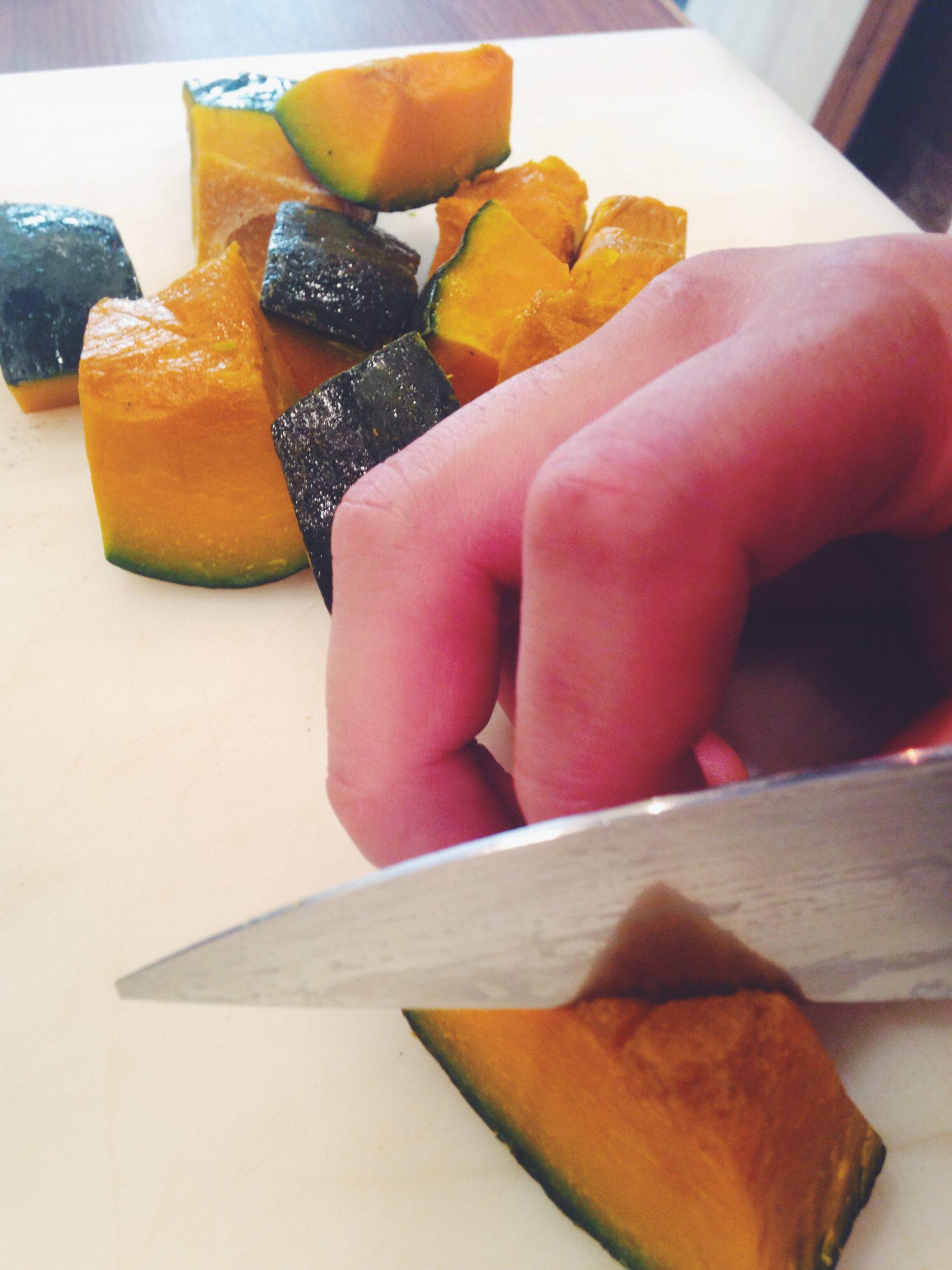 かぼちゃを一口大に切る