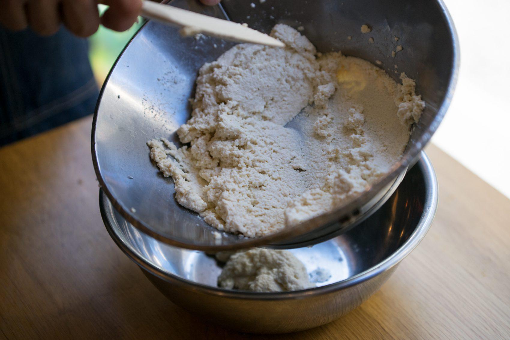 豆腐を丁寧に濾す