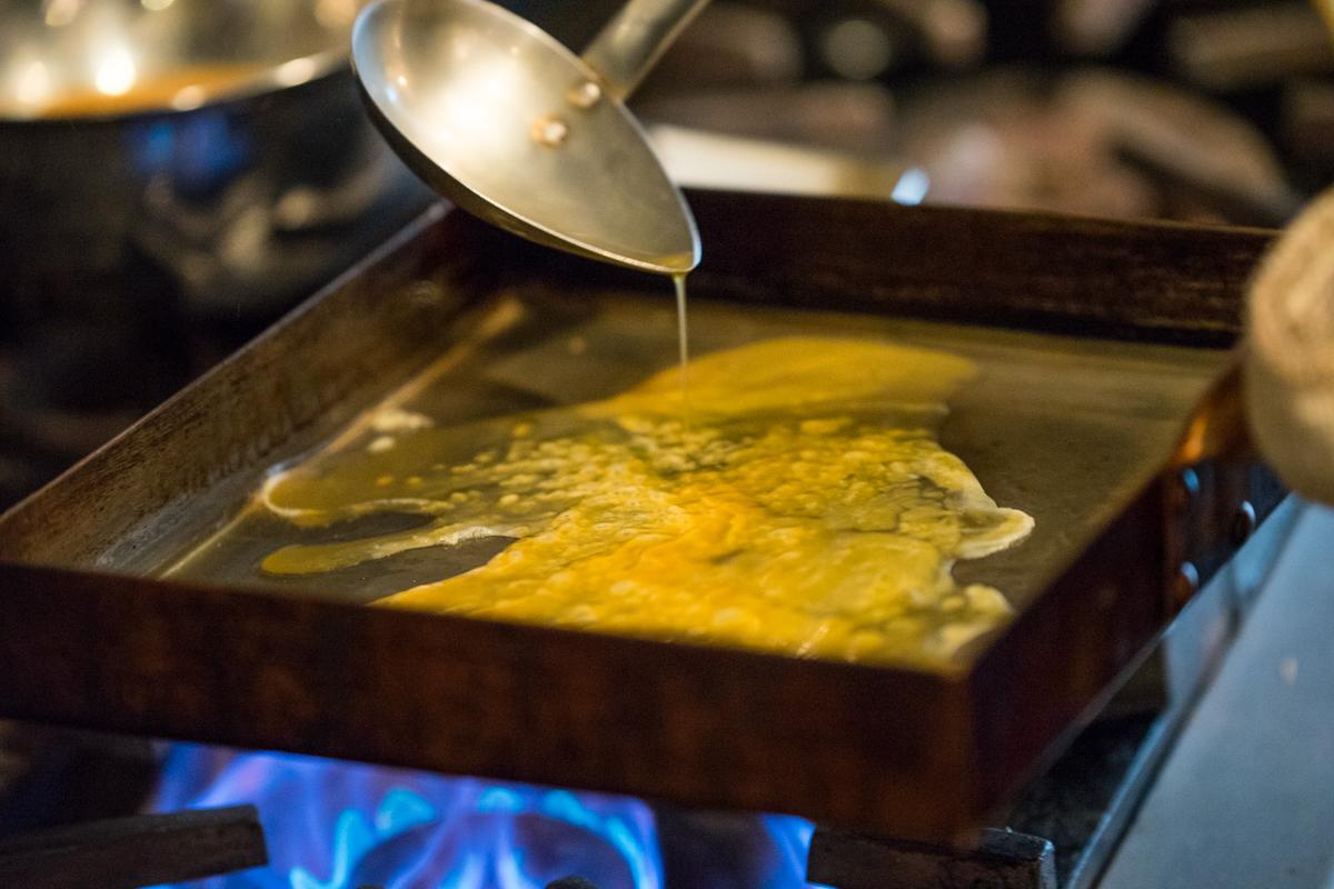 フライパンに卵液を流していく