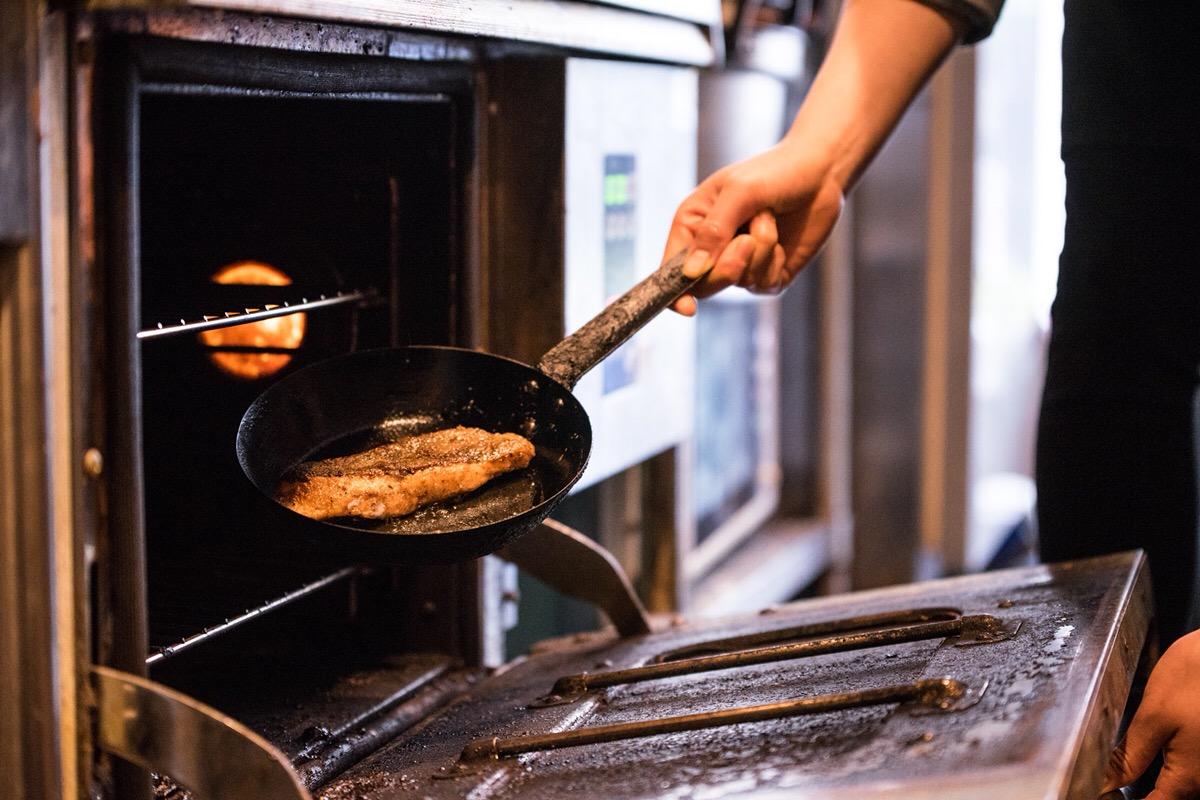 中まで火を通すためにオーブンへ