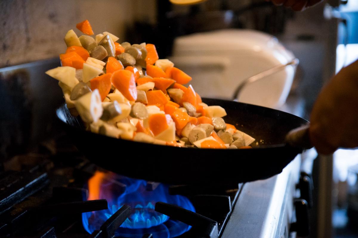 根菜を炒める