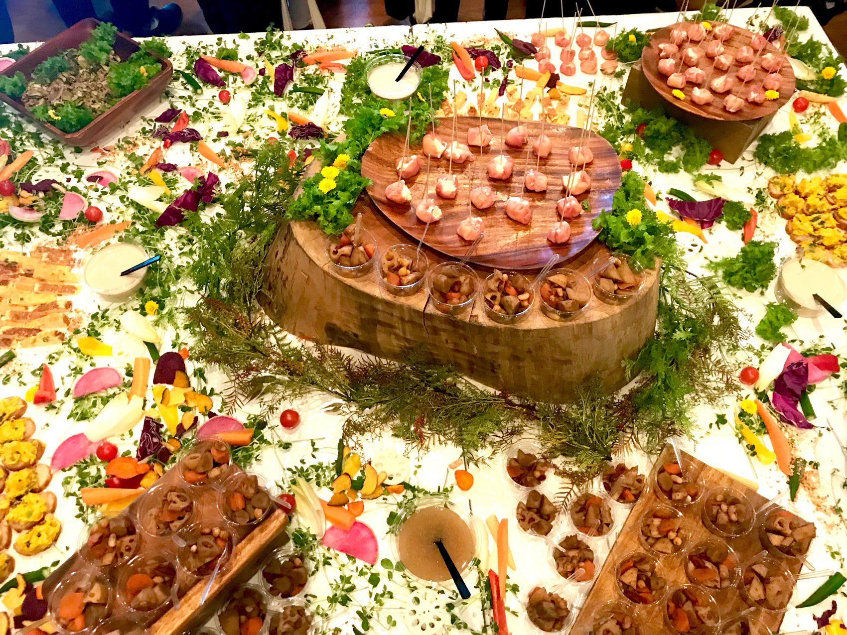 テーブルの真ん中に丸太を設置