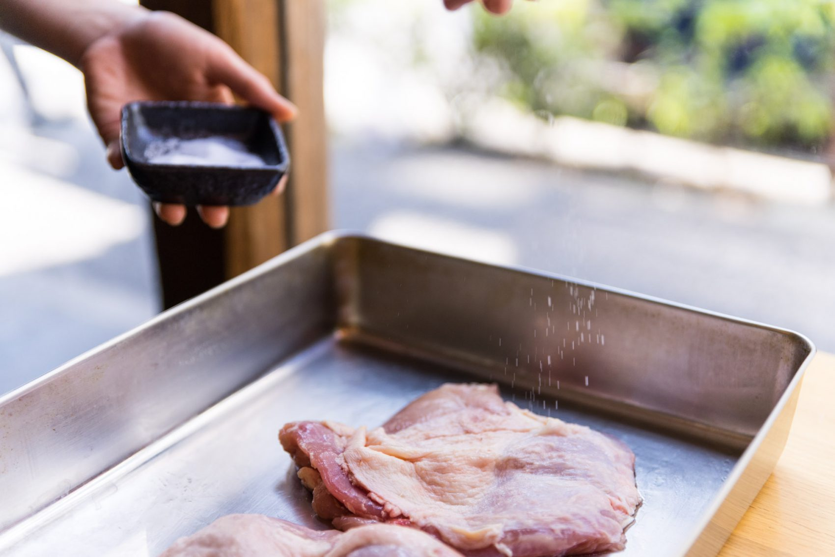 鶏肉に塩をふる