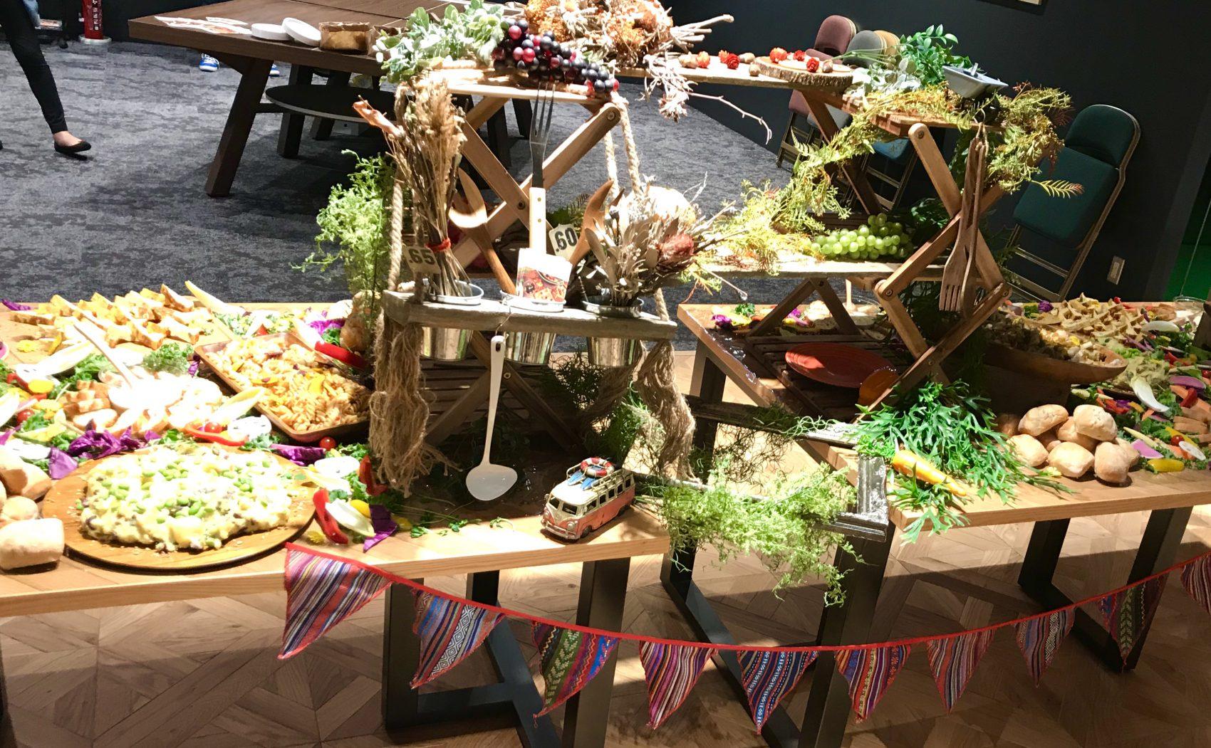 テーブル2つにまたがる装飾